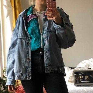Vintage tröja, skitsnygg att ha under en tunnare jeansjacka på vintern eller bara som en vanlig tröja, finns mer information och bilder i en annons längre ner💙 frakt tillkommer