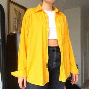Gul vintage skjorta i tunn manchester💛 frakt tillkommer