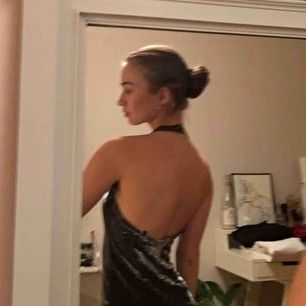 Kort glittrig aftonklänning med halterneck. Lös skön klänning. Perfekt till nyår