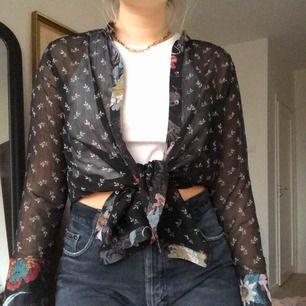 Jättefin skjorta i tunt tyg, skulle vara skitsnygg avklippt eller så som jag bär den, frakt tillkommer💛