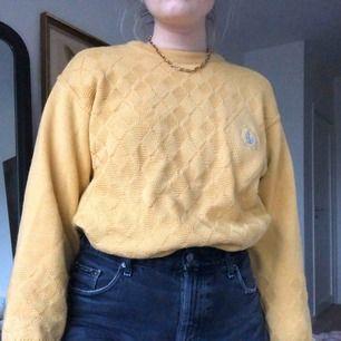 Jättefin vintage stickad tröja💛 visas på mig som vanligtvis har storlek M, frakt tillkommer