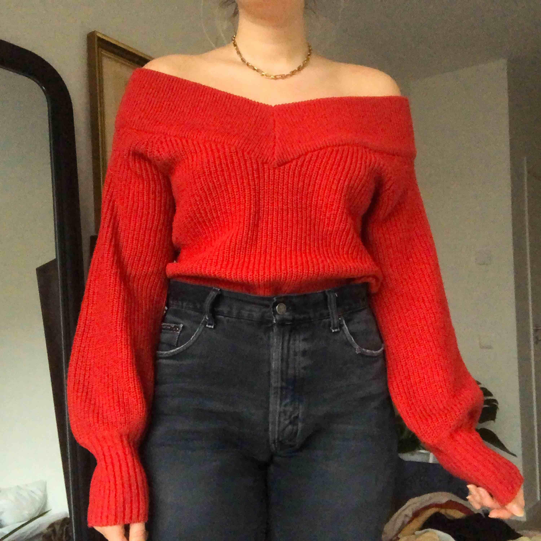 Jättefin stickad tröja, perfekt till julen❣️ visas på mig som vanligtvis har storlek M, frakt tillkommer. Stickat.