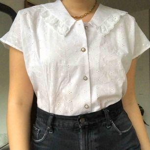 Vintage vit blus, visas på mig som vanligtvis har medium💛 frakt tillkommer