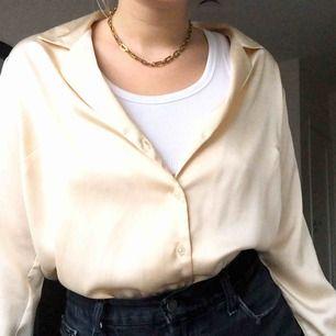 Skjorta från Asos i ett lite glansigt material, nästan som siden i en beige färg. Visas på mig som vanligtvis har storlek medium, frakt tillkommer💛