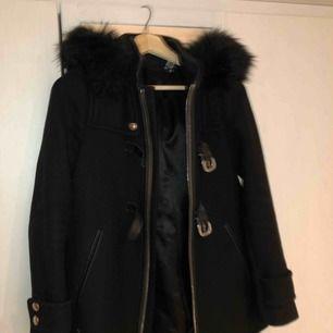 Säljer min jätte snygga varm kappa med silver detaljer från zara! Köpt för 1100kr! Sparsamt använd! Högst bud vinner!