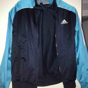 Adidaströja i sportigt matrial, aldrig använd och har hängt i garderoben senaste åren. Nytvättad och fräsch! Inga defekter finns