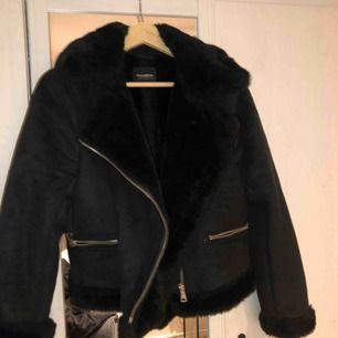 Skönaste jackan!! Sitter oversized på en S. Jätte snygg nu till vintern. Sparsamt använd. Säljer åt en kompis! ✌🏼Köparen står för frakten! Högst bud får den!