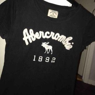 Svart t-shirt, oanvänd, endast testad en gång Står XL i tröjan men den är köpt utomlands så S är rätt storlek. Jätteskönt matrial och tröjan sitter superfint på!