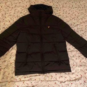 Fräsch vinter-dun jacka som behåller värmen inför vintrarna! Jag köpte storlek Medium och den var fortfarande lite oversized, jag är ca 186 lång. Köpte den för ungefär ett halvår ett år sen, men den är varken sämre skick än när jag köpte den :)!