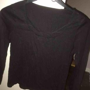 Svart långärmad tröja med snörade detaljer, använd fåtal gånger. Tunnare matrial