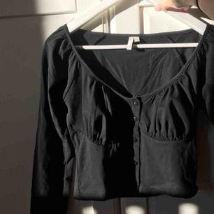 Säljer denna as trendiga tröjan från Nelly! Denna bild är lånad men det är bara att fråga ifall man vill ha mer bilder, säljer den för att jag inte kommer till nån användning av den!❤️❤️