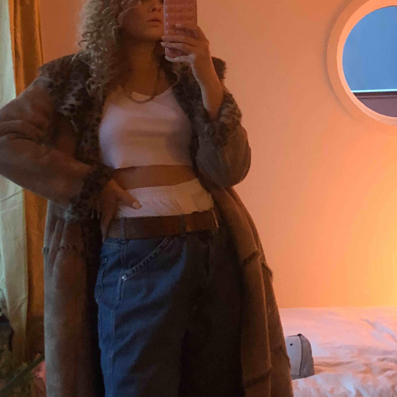 Världens coolaste vintage kappa! Inte äkta päls:) jag är 176cm lång för jämförelse och frakt tillkommer men jag är säker på att vi kan komma överens om något, priset är inte heller helt fast🧡🖤. Jackor.