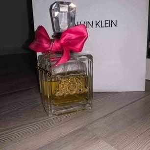 Juicy Couture parfym Viva la Juicy. Lite mer än hälften kvar. Priset går att diskutera något vid snabb affär. Fraktkostnad kan tillkomma.