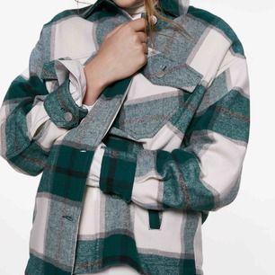 Säljer min rutiga Zara jacka pga använder aldrig.  350 ink frakt. Endast Swish o möts ej upp.