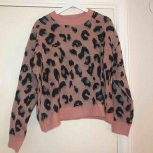 Frakt ingår! Supersöt leopardmönstrad tröja från bershka, den har tyvärr bara kommit till användning en gång och därför så säljer jag den😊