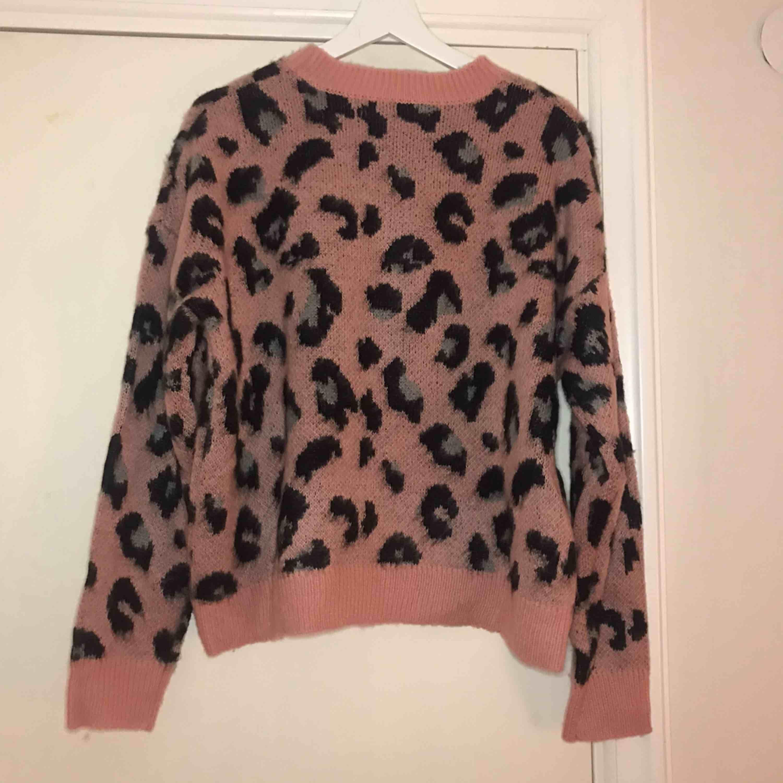 Frakt ingår! Supersöt leopardmönstrad tröja från bershka, den har tyvärr bara kommit till användning en gång och därför så säljer jag den😊. Tröjor & Koftor.