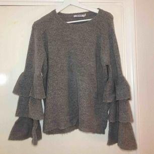 Stickad tröja från NAKD med detaljerade ärmar. Tröjan är använd några gånger men den är i toppskick! Frakten ingår såklart i priset😊