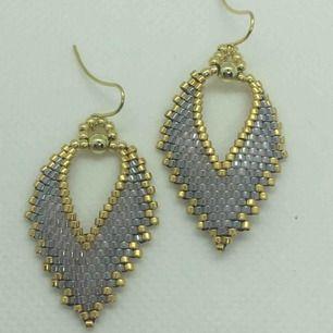 Örhängen är handgjorda av högkvalitativa japanska glaspärlor. Längd: 4,7 cm Bredd: 2,5 cm Material : glas Metal : guldpläterad ( öronkrokar).