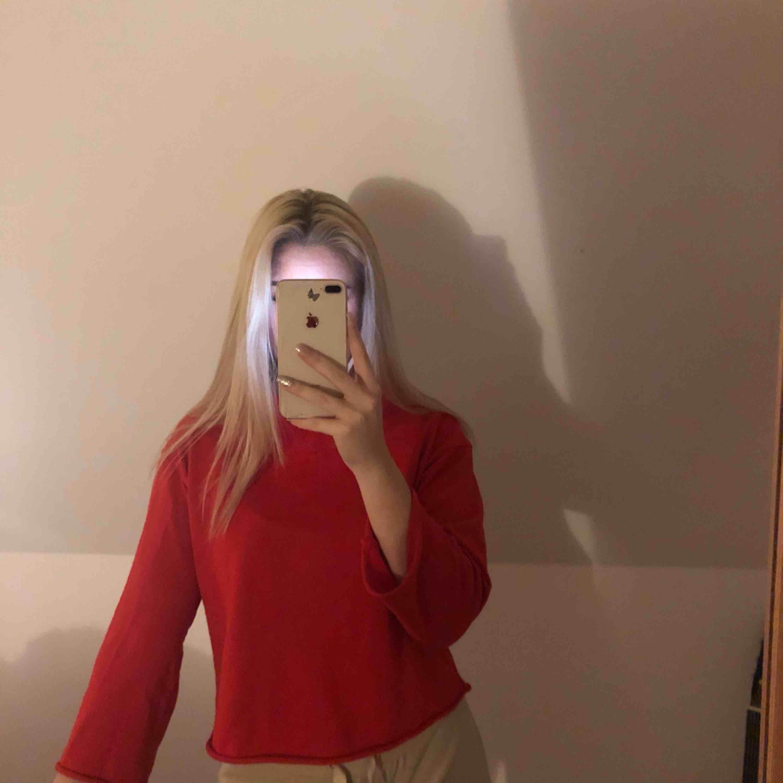 Skitsnygg tröja från Zalando. Är avklippt på både armar och midja (var så när jag köpte den). Väldigt bra skick 💓🥰. Tröjor & Koftor.