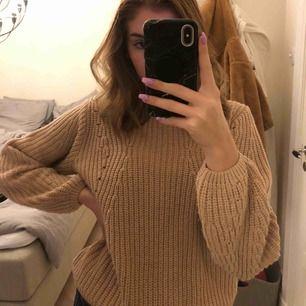 En super fin stickad tröja från ginatricot😁 Den är sparsamt använd så den är i super bra skick! Frakt: 42kr
