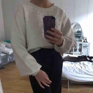 En vit tröja, med pärlor på framsidan och stora ärmar puffiga ärmar. Sitter väldigt fint, sitter nog egentligen lika bra på s/xs.💖 köparen står för frakt