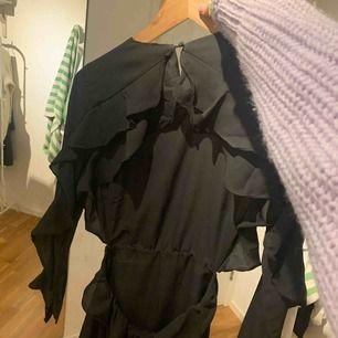 Aldrig använd, lappen är kvar!!! Från märket FAYT fast köpt på NAKD. Säljer pga att den tyvärr är för liten. Stor öppning i ryggen och klänning slutar på mitten av låren.