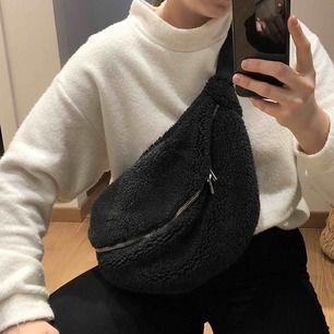 Väska i pile från WEEKDAY. Sparsamt använd. På hemsidan står det att den är svart men är mer mörkgrå i verkligheten.  Ord pris 400kr  150kr + 79kr frakt = 229kr