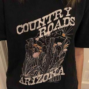 En oversized tröja som kan användas både som t-shirt klänning och vanlig tröja. Det står Country Roads Arizona på den😁 Helt oanvänd! Frakt: 18kr