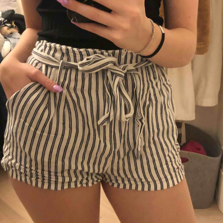 Ett par skit snygga shorts köpta på Urban Outfitters för 500kr. De är lite använda, därav de låga priset, men de har inga fläckar eller defekter. Dom är justerbara i midjan vilket gör att dom passar XS-M 😁. Shorts.