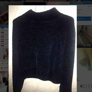 Jätte fin tröja i en mörkblå färg , perfekt nu till vintern med ett mode som är inne , passa på 🥰 Skicket är perfekt då den typ aldrig används pga fel storlek .