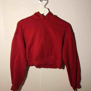 Croppad röd hoodie med luva