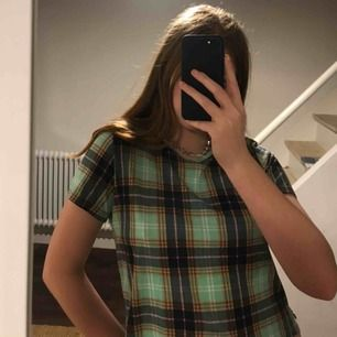 jättefin t-shirt från Monki i storlek S. köpt för 200kr. sällan använd säljer för det är inte riktigt min stil. kan mötas upp i göteborg eller frakta