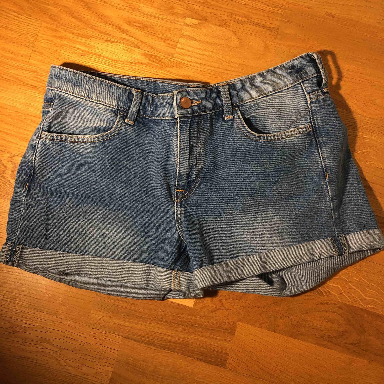 Blåa jeansshorts . Shorts.