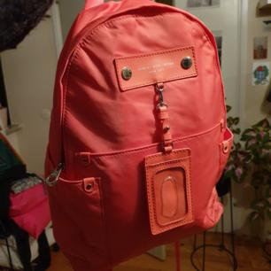 Jättesnygg ryggsäck från Marc Jacobs som tyvärr inte är min stil. Kommer med en liten korthållare som går att ta bort.