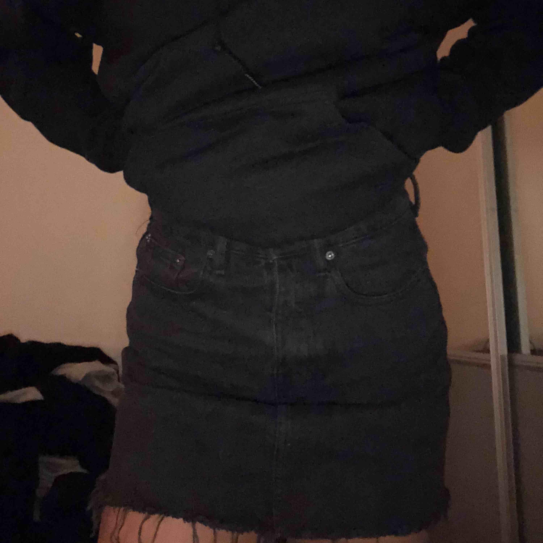 Svart jeanskjol från Zara i storlek XS💓 knappt använd och är i bra skick, köparen står för frakt!. Kjolar.