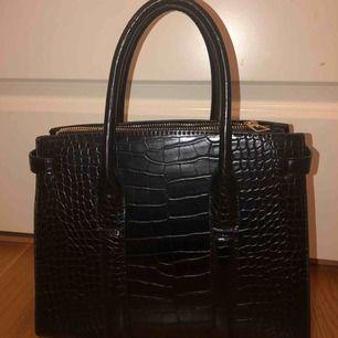 Jättefin oanvänd väska från Mango, ca 25 x 20 cm med ett stort fack inuti. Köparen står för frakt! Buda