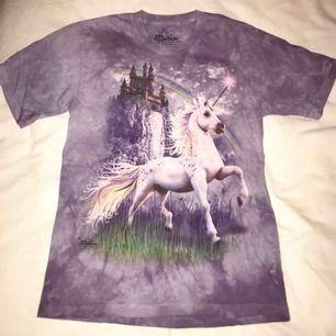 T-shirt med Unicorn-tryck 🦄 Stor barnstorlek, passar en vuxen XS-M beroende på hur löst man vill att den ska sitta.