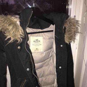 Jätte fin vinterjacka, storlek xs passar även s❣️ den är från hollister, org pris: 1400 kr. Knappt använd, jätte bra skick