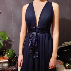 Super fin balklänning från nly eve. Klänningen har justerbara band så att man kan bära den efter önskan. En ögla har lossnat lite, syns på tredje bilden.