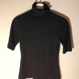 Svart manchester T-shirt med tight polokrage