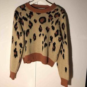 Stickad tröja med leopard mönster. Köpt i London