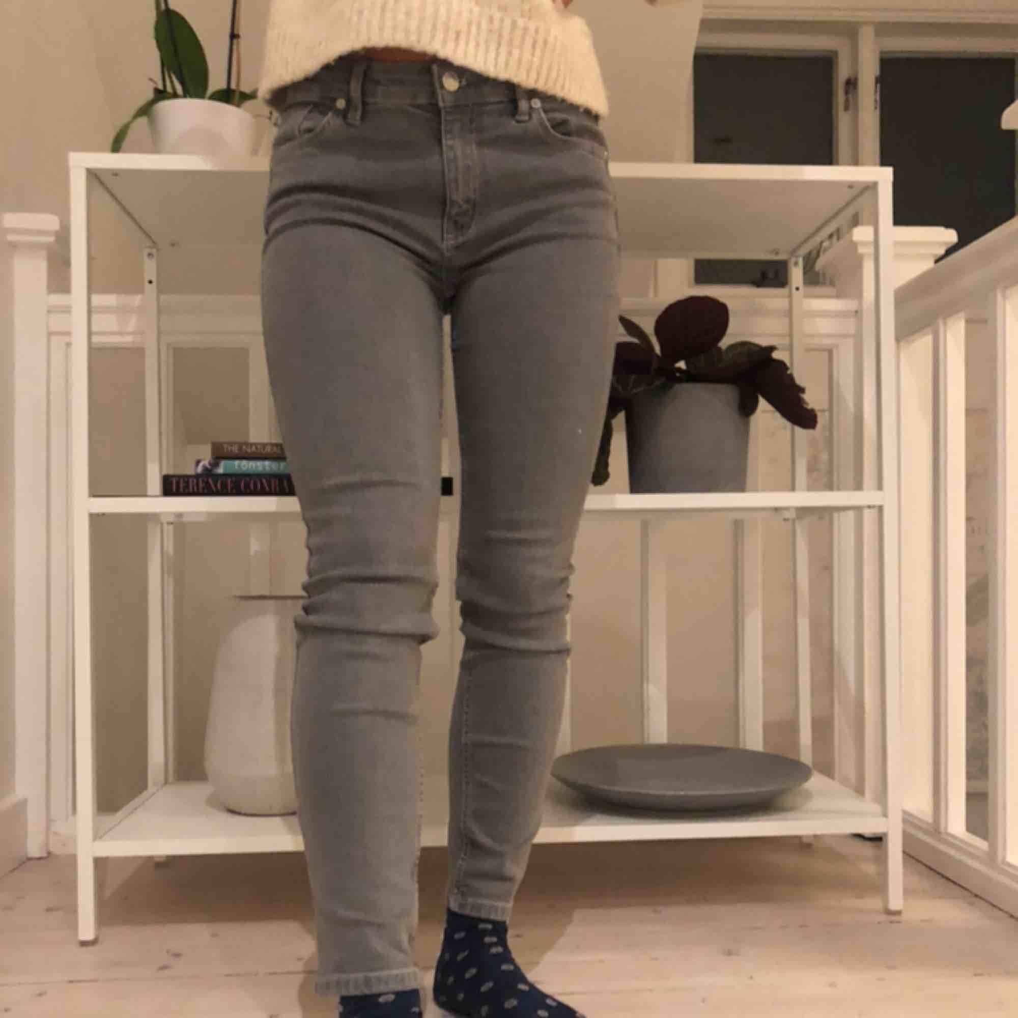 Säljer mina hyfsat nya jeans😇 inte använda många gånger. Sitter bra på och är sköna+ att det är den perfekta gråa färgen!! Köparen står för frakt. Jeans & Byxor.