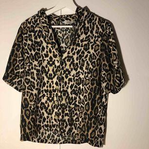 Leopard kortärmad skjortblus