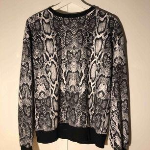 Ormskinns tröja från NA-KD