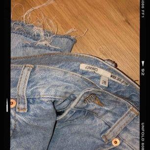 Kickflare jeans från Junkyard. De var i samma modell som Ace från Weekday (straight) men har klippt av de för att de ska bli kickflare modell! Storlek 28 men ganska små i storleken. Jag är 170cm lång ☺️