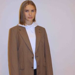 En perfekt kavaj jacka i ett beige/brun rutigt mönster. Funkar både som oversized över en tunnare tröja men det går också att matcha den snyggt med exempelvis en hoodie under🤩🤩
