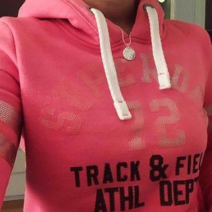 Rosa hoodie från Superdry. Köpt för ca 900 kr, använd väldigt sällan så i fint skick 🥰