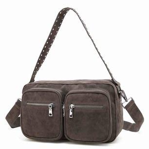 grå noella väska från twoangels, använd en del därav lite sliten i mockan på innersidan (3e bilden) men inget som syns när man har den på sig!!  skitsnygg verkligen. möter upp i gbg alternativt står köparen för frakt :)