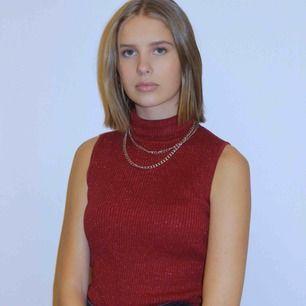 Ett ribbstickat linne med en lagomt hög polokrage, en snygg röd-glittrig färg. perfekt till julafton eller om du bara vill klä dig lite extra snyggt. Modellen på bilden är en S!!🥰🥰