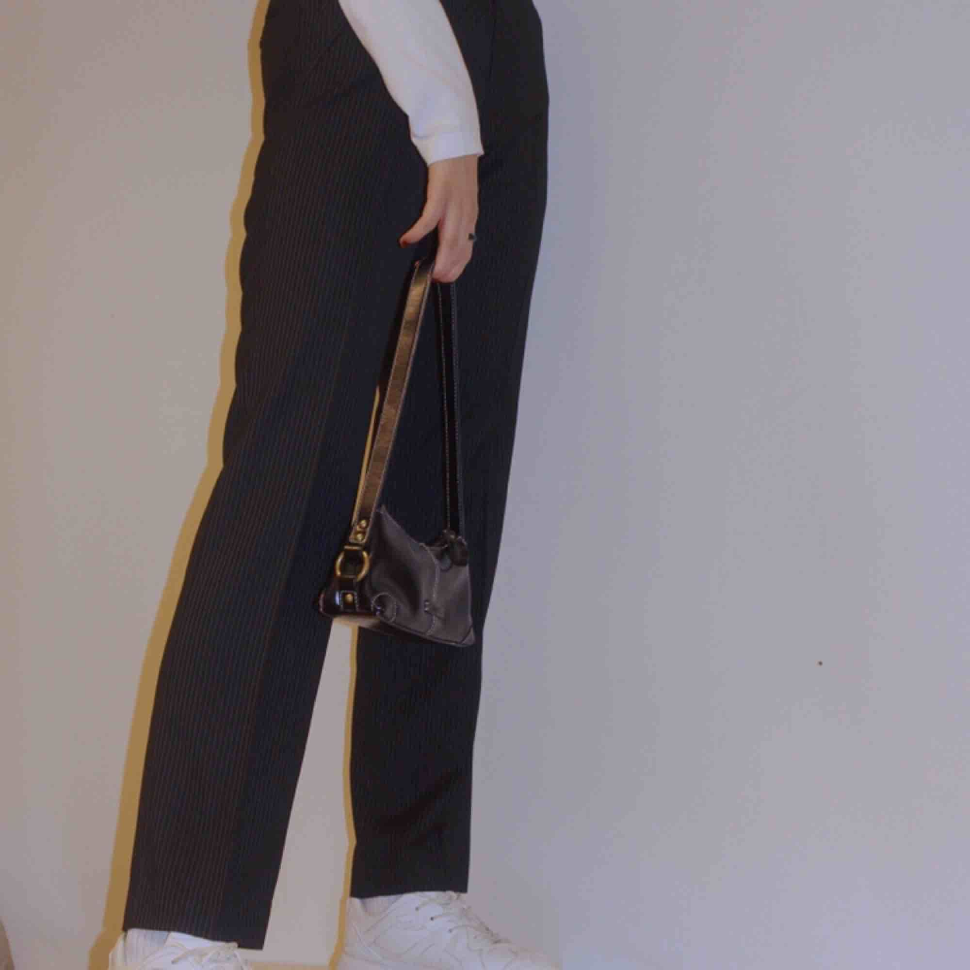 Ett par perfekta randiga kostymbyxor, en rak modell något smalare och längre i benen. En byxa som är anpassningsbar, passar både till fest men också vardags!!🥰 Modellen på bilden är 176 cm lång. . Jeans & Byxor.